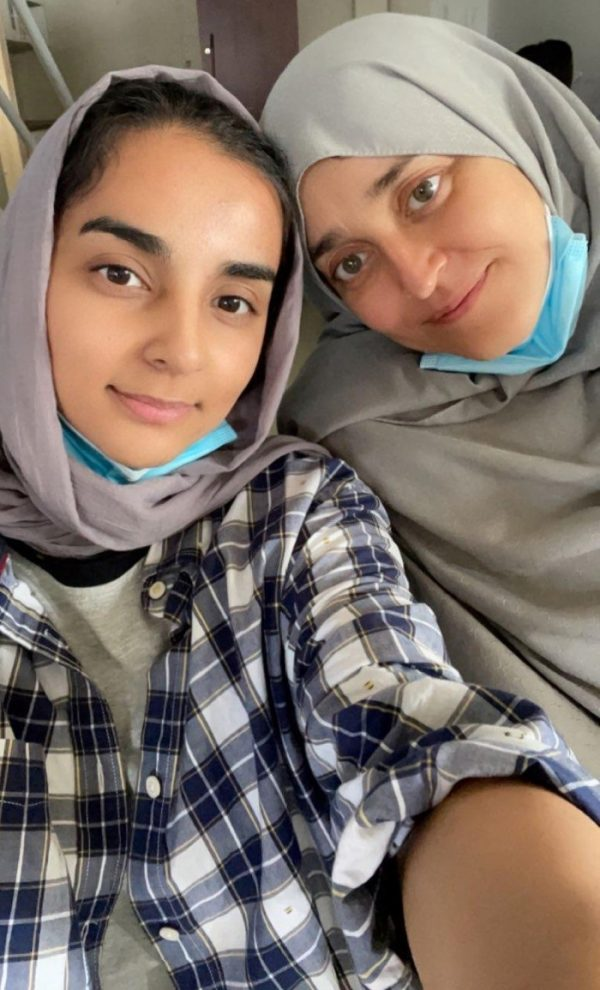 Selfie of Hareer and Jamila wearing an hejab and their masks